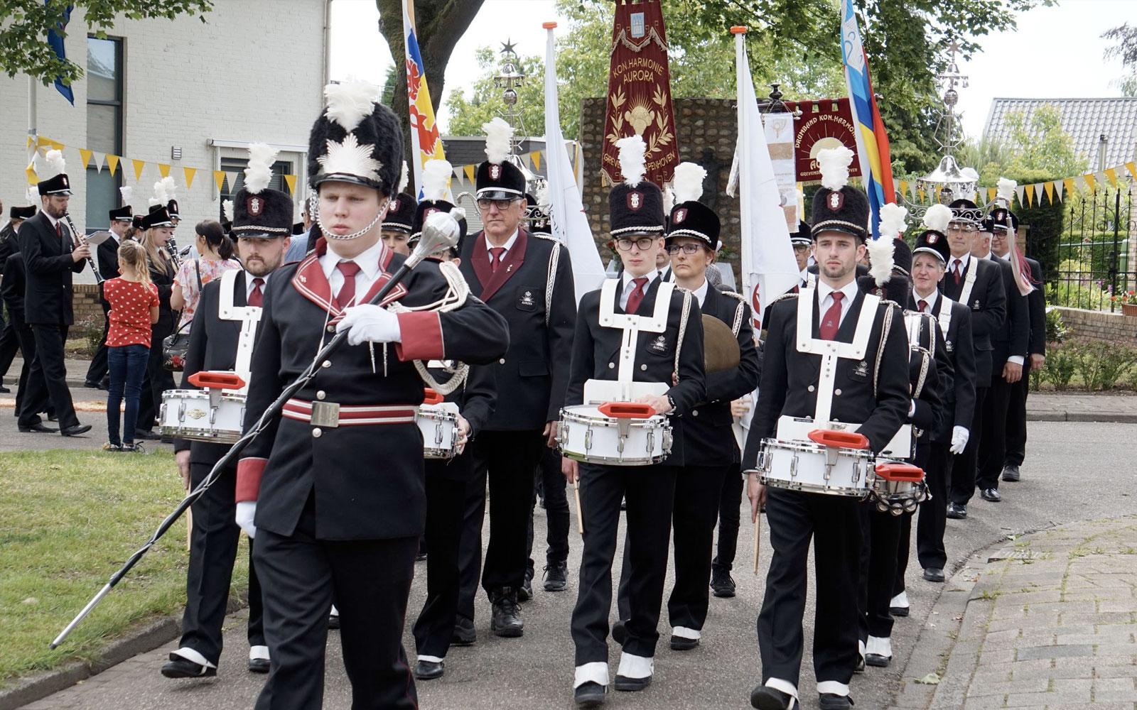 Straatoptreden tijdens jubileumjaar van Koninklijke Harmonie Aurora Grevenbicht Papenhoven